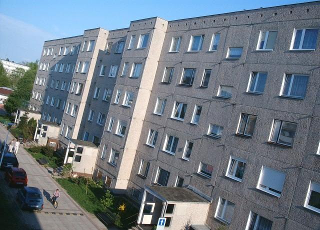 Blok mieszkalnyStrzelno: kontrowersje wokół wykupu mieszkań komunalnych