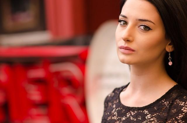 Czarna kreska lekko unosząca się ku górze to, zaraz obok czerwonych ust, najbardziej popularny makijaż wśród kobiet.