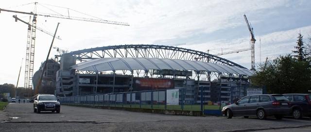 Stadion w Poznaniu z dnia na dzień nabiera eurpejskiego wyglądu. Trawa, która się na nim pojawi, będzie pochodzić z naszego regionu.