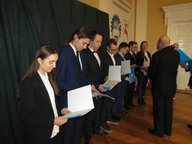 W Centrum Kształcenia Zawodowego i Ustawicznego zorganizowano dwie - ważne dla uczniów i szkoły uroczystości... Pierwszą z nich było wręczenie listów gratulacyjnych, dla uczniów, którzy otrzymali stypendiów naukowe - przyznane przez urząd marszałkowski - Prymus zawodu Kujaw i Pomorza. - Zgłoszonych było 1300 wniosków. Pozytywnie rozpatrzonych - zgodnych z regulaminem 622 bodajże, z tego do CKZiU trafiło 7,5 proc. Są one przyznawane za bardzo wysokie średnie z przedmiotów zawodowych, drugi warunek, to dobre zachowanie - wylicza Jacek Gniadkowski, dyrektor CKZiU. Uczniowie otrzymywać je będą przez rok szkolny. Najwyższa kwota jaką można było zdobyć to 5 tys. złotych (wypłacane przez 10 miesięcy), najniższa - 2,5 tys. złotych. Wszystko zależało od wysokości średniej. Co istotne - najwyższa kwota trafiła do 10 proc. uczniów, w tym do jednej uczennicy z Centrum. W czym tkwi sukces? - Dobrzy nauczyciele - porządna kadrra, zależy im na pracy i uczniowie. Dlatego warto tu przychodzić żeby się uczyć, zawsze tak twierdziłem i będę to podtrzymywał - W trzeciej klasie mmiałam okazję uczestniczenia w programie Erasmus i wyjazdu na praktyki do Hiszpanii. To również było brane pod uwagę przy przyznawaniu stypendium. Ponadto miałam dobrą średnią. Jako informatyk z pewnością wykorzystam stypendium na zakup komputera, laptowa, który przyda mi się m.in. w dalszym rozwoju. Zamierzam studniować w tym kierunku i później podjąć pracę w firmie informatycznej - Joanna Wasik, IV klasa technikum informatycznego. - Drugą ważną uroczystością było oficjalne oddanie do użytku pracowni komputerowe. W grudniu ub. roku firma Vorwerk przekazała 11 tys. euro na rzecz Centrum. - Po ustaleniach zdecydowaliśmy przeznaczyć te pieniądze na zakup zestawów komputerów (w sumie 18 sztuk) - Współpracujemy z firmą co najmniej 3 lata. Z obecnym dyrektorem sfinalizowaliśmy zakup do pracowni. Mamy też już kolejne plany na kilka ciekawych projektów, tak by wdrożyć naukę do firmy - by teorię połączyć z praktyką Obecn