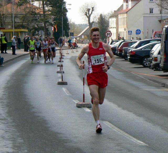 Dariusz Guzowski na maratońskiej trasie w czternastotysięcznym Dębnie (powiat myśliborski, województwo zachodniopomorskie)