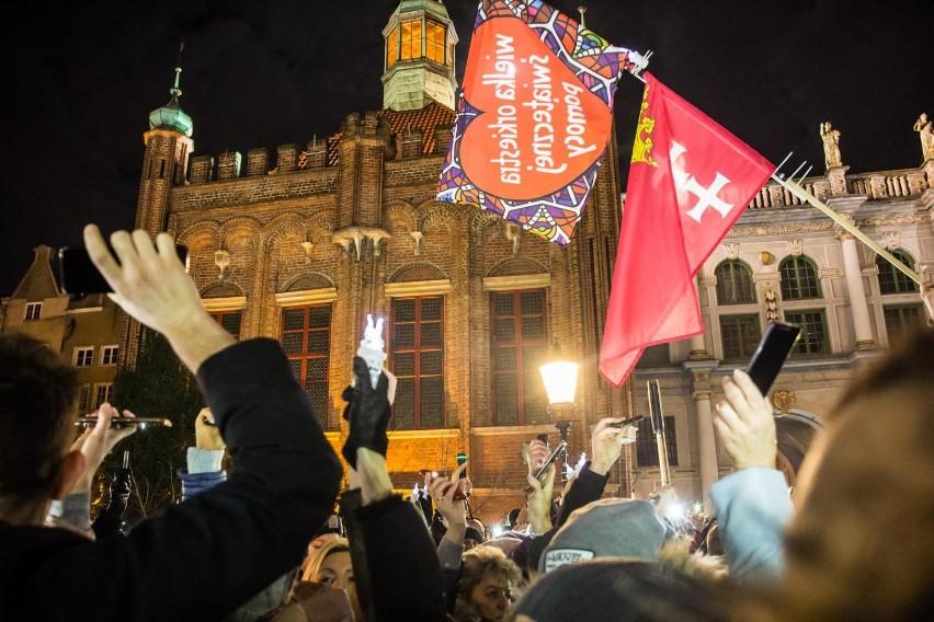 """""""Światełko do nieba dla Pawła"""" - 20.01.2019 r., tydzień po ataku na prezydenta Gdańska, ponad 2 tysiące osób zebrało się na Targu Węglowym, aby posłać światło do nieba dla Pawła Adamowicza"""