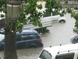 Nie utop pieniędzy! Fala zalanych samochodów z zachodniej Europy dotrze do Polski. Na co zwrócić uwagę przy zakupie auta?