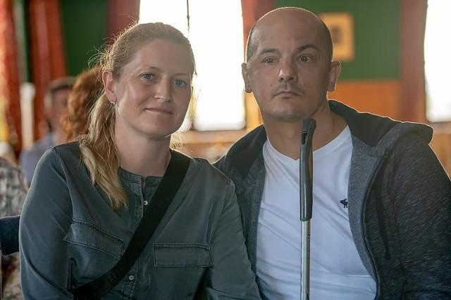 Tomasz Brzeski potrzebuje intensywnej rehabilitacji, żeby wrócić do pełni sprawności. Wspiera go żona - Agnieszka.