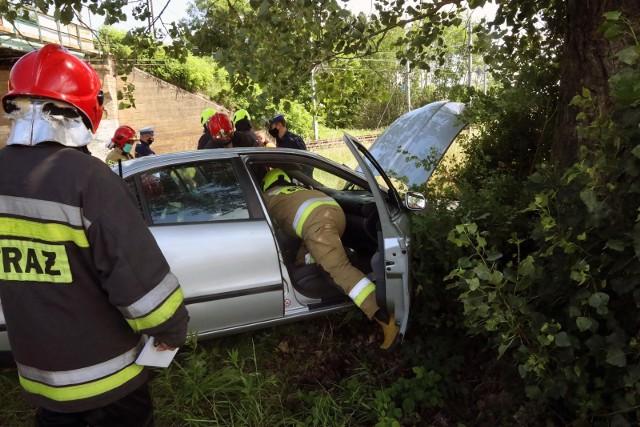 Wypadek w Domaniewicach: dwie osoby zakleszczone w aucie (zdjęcie ilustracyjne).