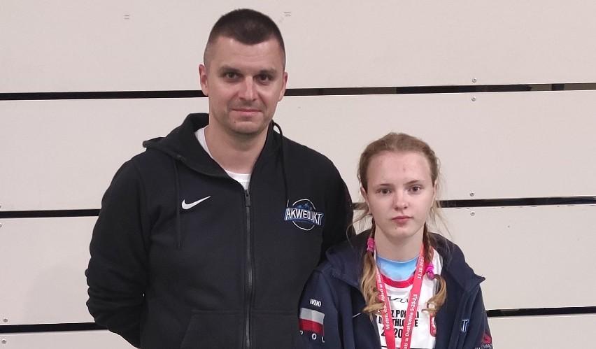 Trener Grzegorz Kożuchowski ze złotą medalistką Wiktorią Kos.