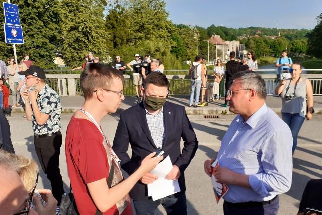 Posłowie Mirosław Suchoń (z prawej) oraz Przemysław Koperski (w środku) podczas cichego protestu w Cieszynie na Moście Przyjaźni