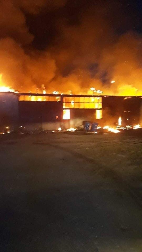 Dziś (piątek) o godzinie 4.49 strażacy zostali zadysponowani do pożaru tartaku w Lipuszu. Po przyjeździe na miejsce zdarzenia zastano w pełni rozwinięty pożar hali. Działania zastępów straży pożarnej na miejscu zdarzenia polegały na zabezpieczeniu miejsca prowadzonych działań, obronie pozostałej części zakładu, podaniu prądów wody w natarciu na pożar. Trwa dogaszanie pożaru. W akcji brało udział 16 zastępów straży pożarnej. Straty to minimum pół miliona złotych. Przyczynę pożaru ustali policyjne dochodzenie.