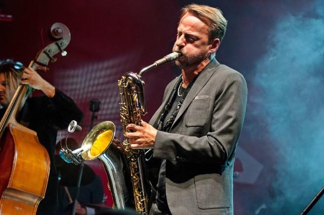 Mateusz Pospieszalski gra na wielu instrumentach, ale przyznaje, że najchętniej grałby tylko na saksofonie