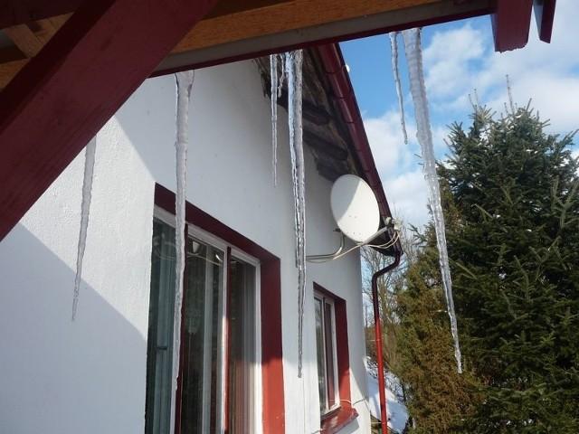 Obowiązek usuwania sopli spoczywa na właścicielach obiektu lub administratorach.