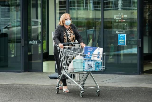 Jak otwarte sklepy w Sylwestra 2020 i Nowy Rok? Do której zrobimy zakupy? Sieci sklepów już poinformowały w jakich godzinach będzie można zrobić zakupy w Sylwestra 2020. Sklepy będą otwarte krócej, bo wprowadzono zakaz przemieszczania się. W jakich godzinach zrobimy zakupy w poszczególnych sklepach? Zobaczcie na kolejnych stronach --->