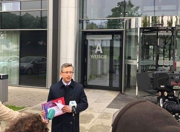Poseł Lewicy Marek Rutka przed siedzibą Energi w Gdańsku Oliwie