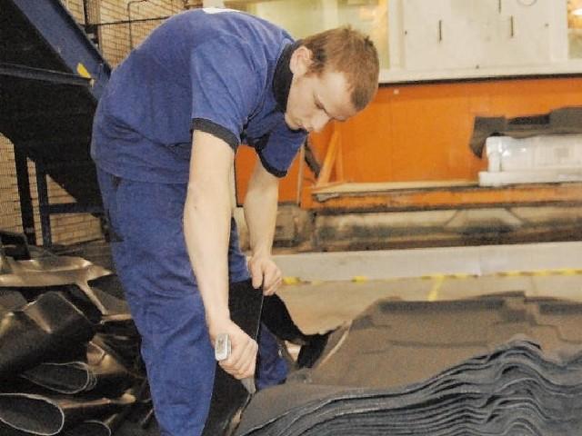 Grzegorz Bajek pracował wczoraj przy produkcji dywaników