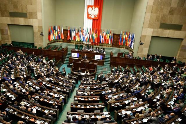 CBOS: Tylko trzy partie w Sejmie. Najwięksi gracze poza parlamentem