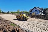 Budowa obwodnicy Tarnobrzega idzie pełną parą. Droga przecina działki, domy są blisko (ZDJĘCIA)