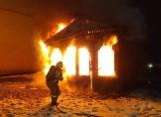 Pożar pawilonu handlowego w Czaplinku. Płonął cały budynek [ZDJĘCIA]