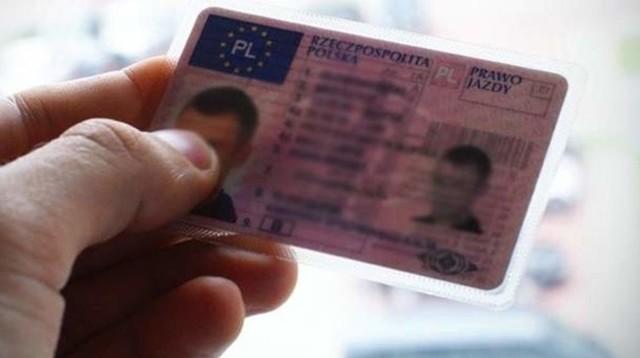 Od 4 grudnia nie trzeba będzie wozić ze sobą prawa jazdy, łatwiej też będzie można zarejestrować samochód. Nie trzeba też będzie wyrabiać nowego dowodu rejestracyjnego, gdy zapełnią się wszystkie rubryki.  Zobacz, co jeszcze się zmieni w dalszej części galerii >>>