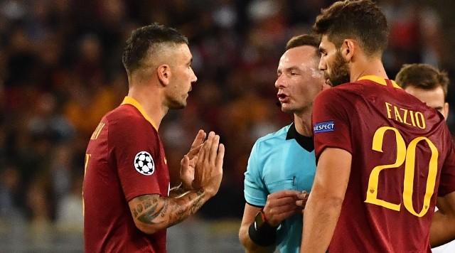 Paweł Raczkowski w rozmowie z piłkarzami Romy