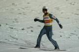 Fajna płacząca łezka Piotra Żyły podczas ceremonii dekoracji złotym medalem mistrzostw świata w Oberstdorfie WIDEO