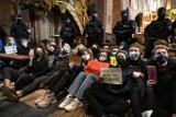 W poznańskiej katedrze przerwano mszę świętą! Kobiety protestują przeciwko zakazowi aborcji ze względu na wady płodu [ZDJĘCIA, FILM]