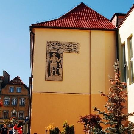Sgraffitio znajdujące się na budynku magistratu przedstawia najprawdopodobniej myśliwego.