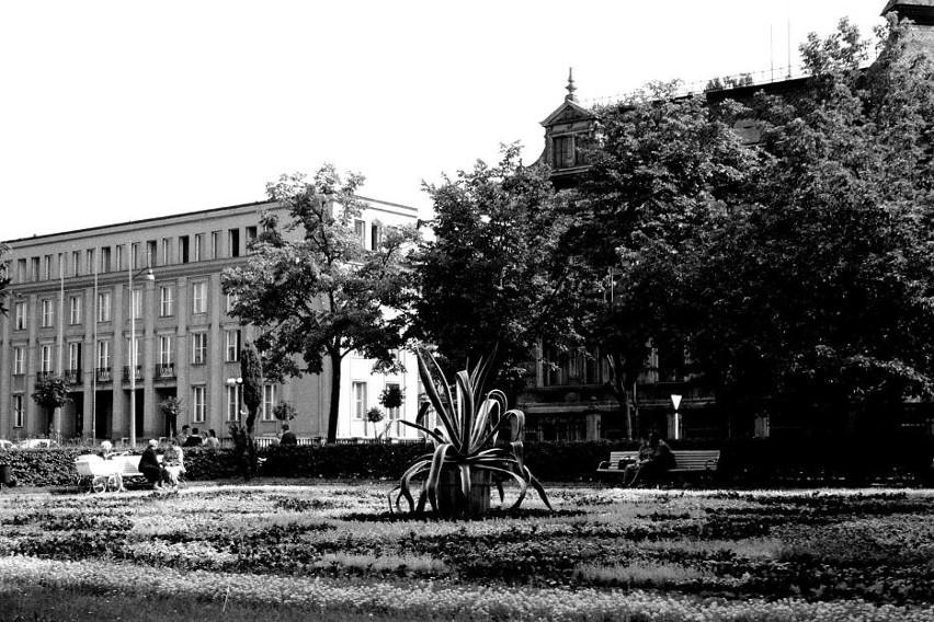 1. Skwer na placu Bohaterów. Dziś to miejsce to bruk. Mało...