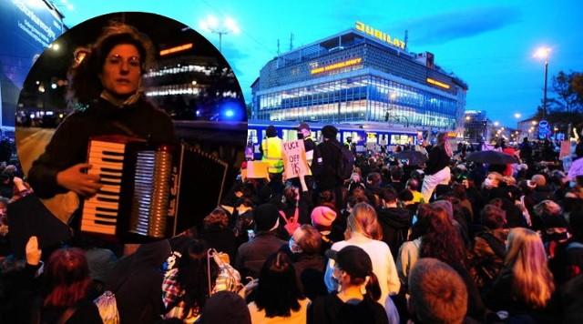 Strajk kobiet w Krakowie. Niezwykły występ odbywał się w trakcie blokady pod Jubilatem.