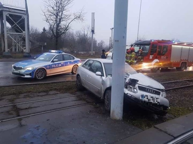 We wtorek nad ranem doszło do dwóch groźnych wypadków. Na al. Włókniarzy auto wjechało w latarnię, na ul. Puszkina zderzyły się dwa auta.  ZDOBACZ ZDJĘCIA - KLIKNIJ DALEJ