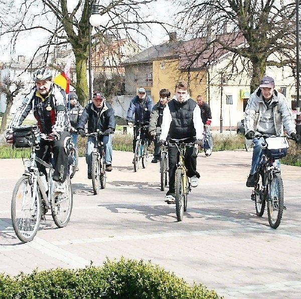 Na zdjęciu: cykliści podczas wycieczki do  Brześcia Kujawskiego.