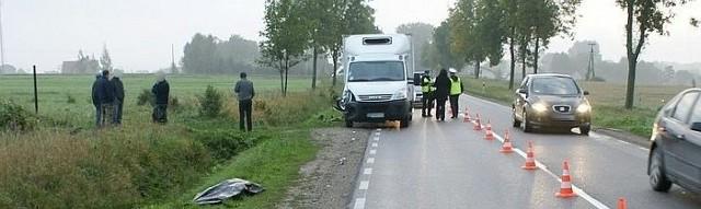 Śmiertelny wypadek na DK19. Iveco potrąciło rowerzystę. Zginął na miejscu.