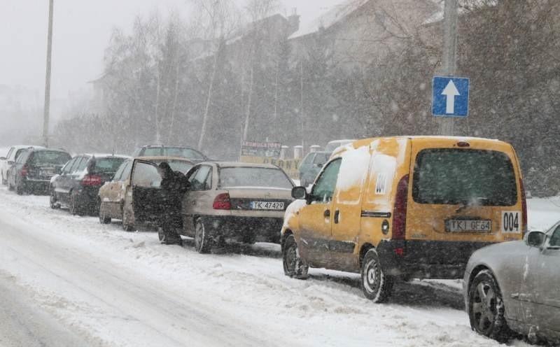 Kolejka samochodów przed zakładem wulkanizacyjnym przy ulicy Warszawskiej, niedaleko stacji benzynowej Poltank. Fot. A. Piekarski