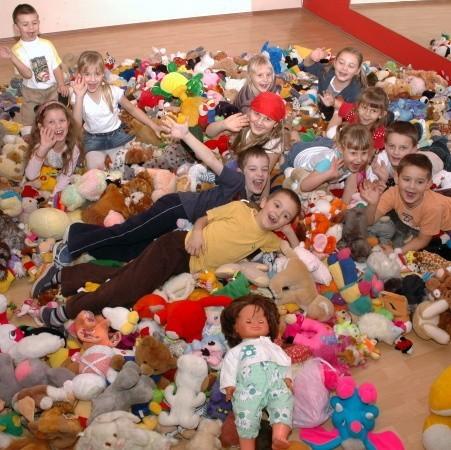 Przed transportem maskotek do szpitala wszystkie pluszaki wysypano w sali tańca szkoły Latina. Jej uczniowie, którzy też przynosili zabawki, mieli nie lada frajdę zanurzyć się w tak ogromnej, górze kolorowego pluszu. - Fantastycznie! - radowały się wszystkie dzieci.