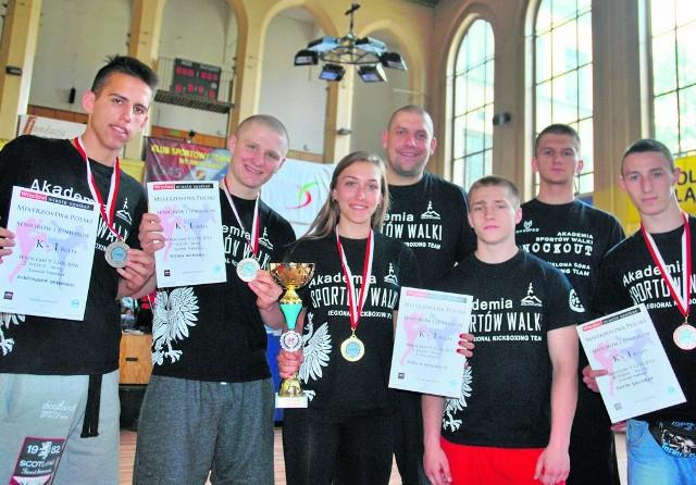Młodzież w towarzystwie trenera Tomasza Paska. Wojownicy święcili już pierwsze sukcesy.