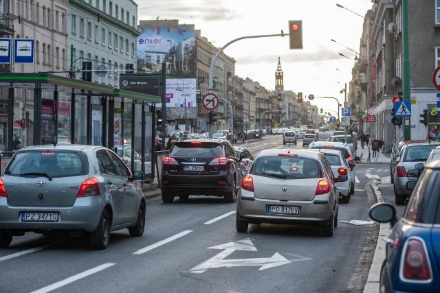 W 2017 r. w wypadkach, do których doszło właśnie na Głogowskiej, zostało rannych 48 osób, a zginęły aż 3. W tym samym okresie doszło tam do 350 kolizji.  Rok później liczba wypadków wyniosła 36, zginęły 3 osoby, a 37 zostało rannych. W tym roku do 7 grudnia odnotowano 31 wypadków, w których rannych zostały 34 osoby, a jedna zginęła.