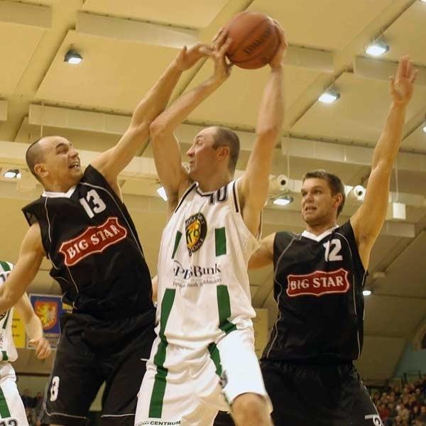 Drużyna z Krosna w pierwszej rundzie zanotowała za dużo porażek. Na zdjęciu mecz MOSiR-u z BIG STAREM Tychy. Z piłką Piotr Miś, center krośnian.