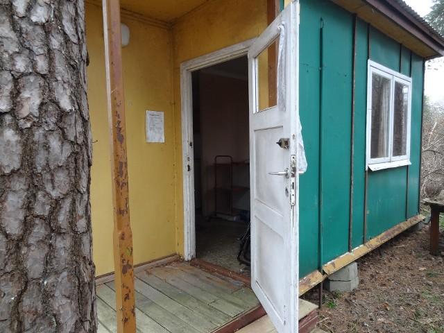 Dwa oblicza środka wypoczynkowego w Lubikowie. Otwarte na oścież drzwi, a za nimi...