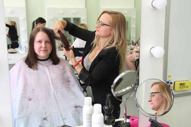 Jedną z dziewczyn, która oddała swoje piękne, długie włosy na perukę była studentka Emilia Bryk.