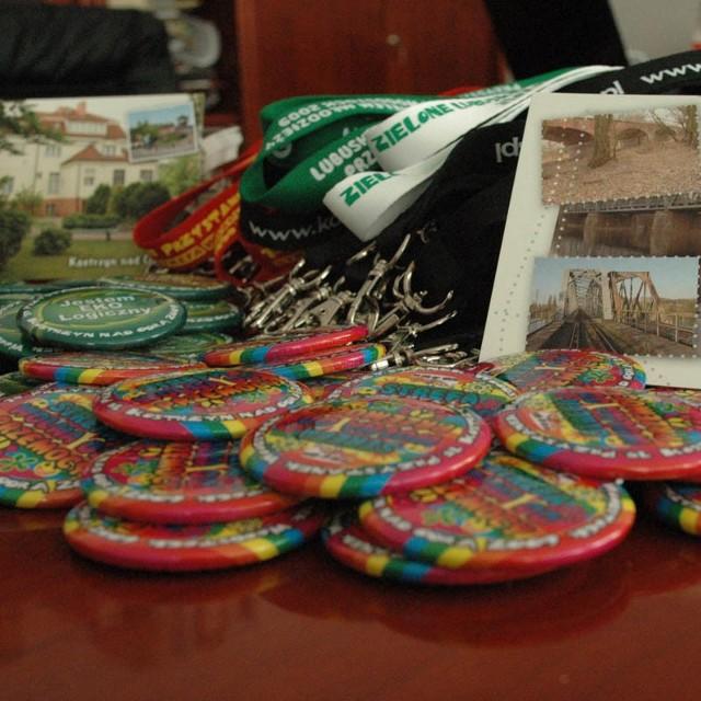 Plakietki, pocztówki, smycze, koszulki i inne gadżety przygotowało miasto z okazji tegorocznego Przystanku Woodstock.