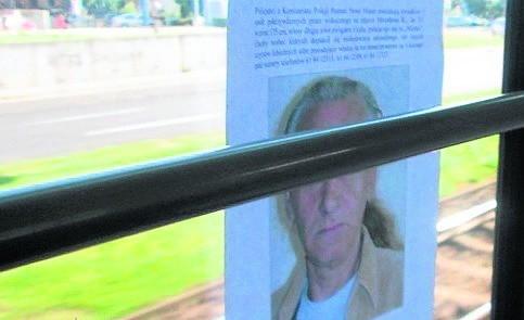 Plakaty z wizerunkiem podejrzanego wywieszano między innymi w tramwajach