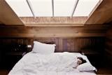 Sposoby na dobry sen. Zapomnisz o nieprzespanych nocach. Jak nieprzespana noc wpływa na organizm człowieka? Co robić, aby mieć spokojny sen?