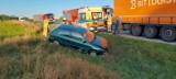 Kolizja na DK 8. Auto wpadło do rowu (zdjęcia)