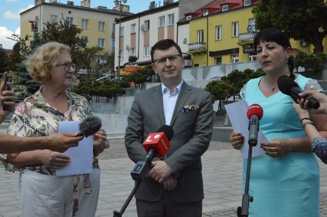 Od lewej stoją: przewodnicząca Rady Miasta Irena Renduda- Dudek, prezydent Ostrowca Jarosław Górczyński, wiceprzewodnicząca rady Joanna Pikus.