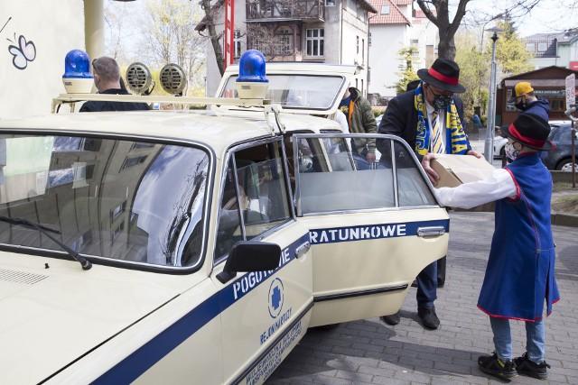 Gdyńscy sportowcy przywieźli sprzęt dla dzieci zabytkowym pojazdem