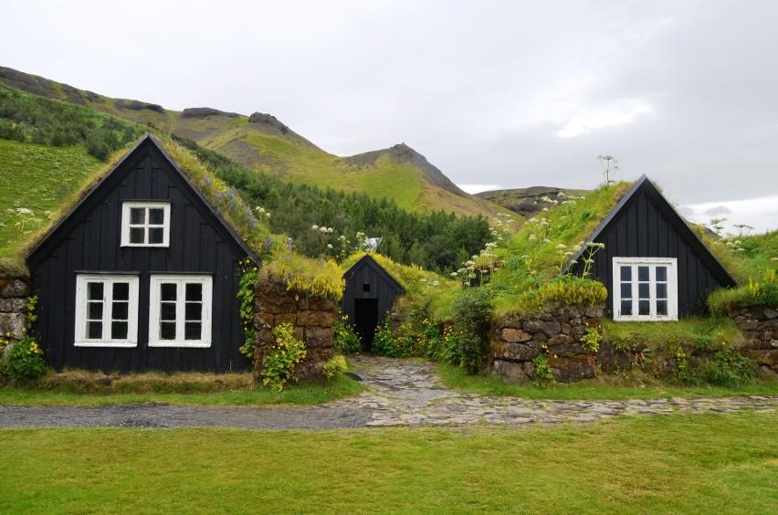 Typowy przykład budownictwa łączącego architekturę z naturą...