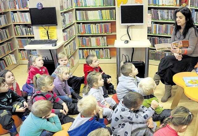 Dzieci z zainteresowaniem słuchały tego, co opowiadała im pisarka. Chętnie też brały udział w różnych zabawach.