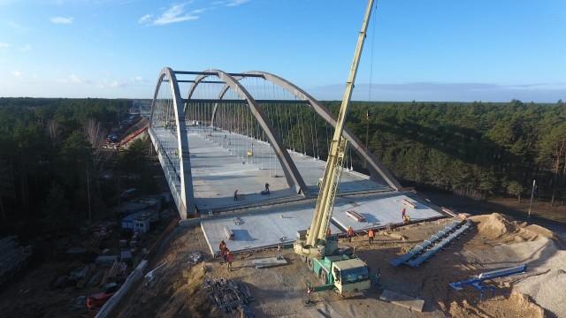 Na nowo otwartym fragmencie drogi ekspresowej S5, czyli północnej części obwodnicy Bydgoszczy znajdują się dwa największe obiekty inżynieryjne na trasie w województwie kujawsko-pomorskim. To most nad Brdą i wiadukt kolejowy w Maksymilianowie.Przejdź do następnego zdjęcia ----->
