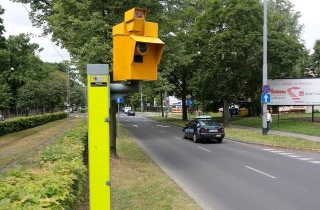 Żółtą skrzynkę, a więc działający fotoradar spotkamy na ulicy Ku Słońcu, w rejonie skrzyżowania z ulicą Piękną, kolejną przy skrzyżowaniu z Hrubieszowską