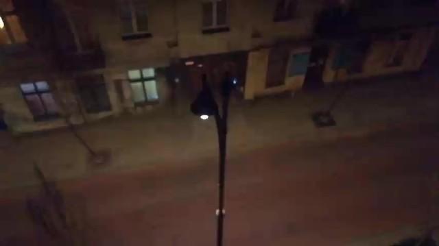 Od kilku dni łodzianie mieszkający przy wyremontowanym niedawno odcinku ul. Jaracza (między ul. Kilińskiego a ul. Wschodnią) nie mogą spać. W środku nocy zaczynają migotać latarnie uliczne zamontowane tam przy okazji rewitalizacyjnej przebudowy. Regularne, ostre błyski światła budzą nawet śpiących i nie pomagają na to nawet zasłony. - Już trzy kolejne noce mamy taką dyskotekę. To jest nie do wytrzymania - narzeka jeden z mieszkańców.FILM I WIĘCEJ INFORMACJI - KLIKNIJ DALEJ.