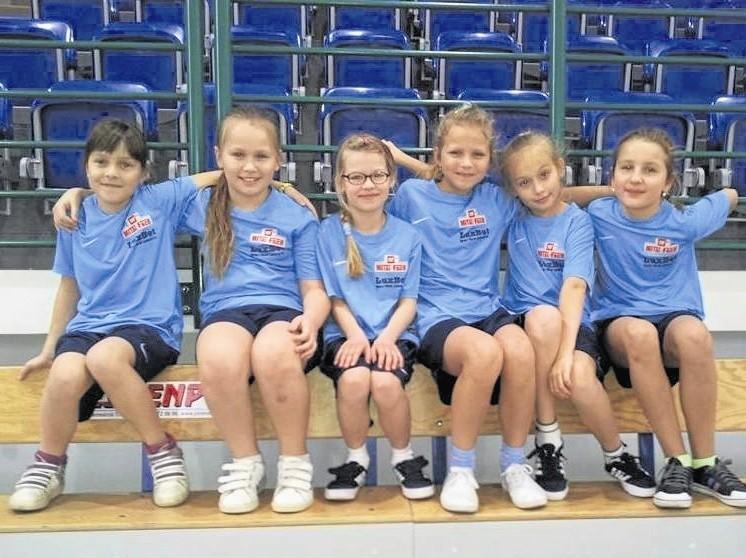 Najmłodsza drużyna piłkarek nożnych SP 1 w Sokółce wygrała swoją eliminację i powalczy w finale