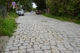 Wieliczka. Dziury w środku miasta. Mieszkańcy żądają budowy chodnika i remontu drogi